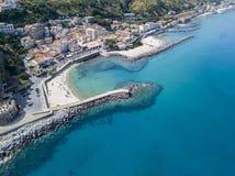 Vue aérienne d'une plage avec des canoës, des bateaux et des parapluies Pilier de Pizzo Calabro, vue panoramique d'en haut image libre de droits