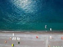 Vue aérienne d'une plage avec des canoës, des bateaux et des parapluies Praia une jument, province de Cosenza, Calabre, Italie photo stock