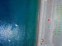 Vue aérienne d'une plage avec des canoës, des bateaux et des parapluies Praia une jument, province de Cosenza, Calabre, Italie image stock
