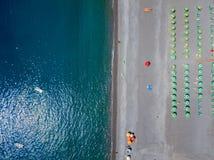 Vue aérienne d'une plage avec des canoës, des bateaux et des parapluies Praia une jument, province de Cosenza, Calabre, Italie photographie stock libre de droits