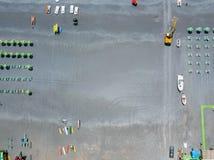 Vue aérienne d'une plage avec des canoës, des bateaux et des parapluies Praia une jument, province de Cosenza, Calabre, Italie photos stock