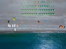 Vue aérienne d'une plage avec des canoës, des bateaux et des parapluies Praia une jument, province de Cosenza, Calabre, Italie images stock