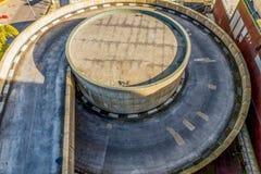 Vue aérienne d'une route d'entrée de stationnement de voiture Silhouette d'homme se recroquevillant d'affaires Vue supérieure Photos stock