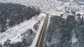 Vue aérienne d'une route dans le paysage d'hiver banque de vidéos