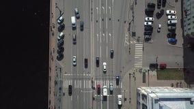 Vue aérienne d'une route dans les megapolis près de la rivière avec beaucoup de voitures rester dans le trafic clips vidéos