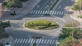 Vue aérienne d'une route de cercle de rond point dans le centre ville de Dubaï du timelapse ci-dessus Duba?, Emirats Arabes Unis banque de vidéos