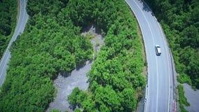 Vue aérienne d'une route d'enroulement incurvée avec le dépassement de voitures Route de montagne clips vidéos