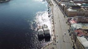 Vue aérienne d'une route près de la rivière 2 bateaux a près de la route clips vidéos