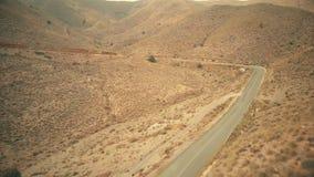 Vue aérienne d'une route venteuse de voiture en montagnes banque de vidéos