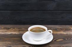 Vue aérienne d'une tasse fraîchement préparée de café d'expresso sur le fond en bois rustique bleu avec la texture de fibre de bo photo stock