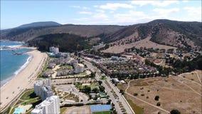 Vue aérienne d'une ville, d'une plage et d'un paysage clips vidéos