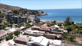 Vue aérienne d'une ville, d'une plage et d'un paysage banque de vidéos
