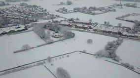 Vue aérienne d'une ville sous la neige banque de vidéos