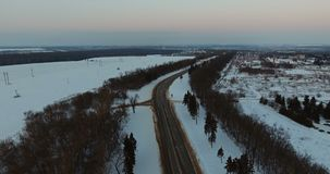 Vue aérienne d'une zone industrielle le long de route banque de vidéos