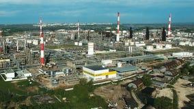 Vue aérienne d'usine industrielle de raffinerie de pétrole banque de vidéos