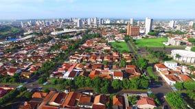 Vue aérienne dans la ville d'Araraquara, état Sao Paulo - Brésil banque de vidéos