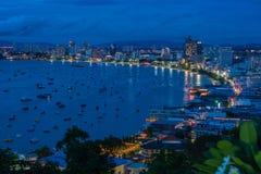 Vue aérienne de baie de ville de Pattaya, Thaïlande au crépuscule Photo stock