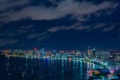 Vue aérienne de baie de ville de Pattaya, Thaïlande dans la nuit Image stock
