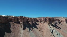 Vue aérienne de balayage de travertin, falaises de minerais banque de vidéos