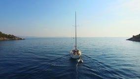 Vue aérienne de bateau à voile sortant à la mer banque de vidéos