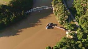 Vue aérienne de bateau de touristes sur la rivière Les touristes embarquent au bateau qui continuent au prochain arrêt près de la clips vidéos