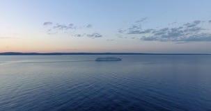 Vue aérienne de bateau de transport d'hydroptère dans le lac à l'heure d'or banque de vidéos