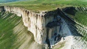 Vue aérienne de beau dessus blanc de falaise avec le beau pré vert sur le fond dans le jour d'été chaud contre clips vidéos