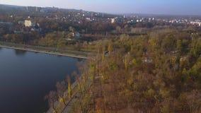Vue aérienne de beau parc avec le lac banque de vidéos