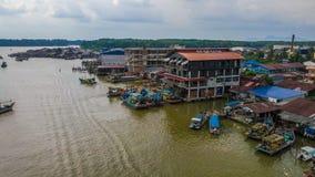 Vue aérienne de beau paysage du village de pêcheurs en Kuala Spetang Malaysia avec les bateaux au port photographie stock libre de droits