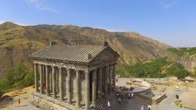Vue aérienne de beau temple antique de Garni, touristes appréciant la visite, Arménie banque de vidéos
