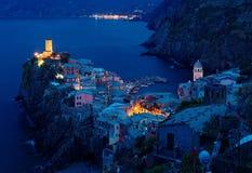 Vue aérienne de beau Vernazza au crépuscule paisible de matin images libres de droits