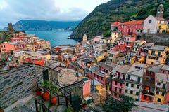 Vue aérienne de beau Vernazza dans la lumière de début de la matinée, un village étonnant des maisons colorées étées perché sur r image libre de droits