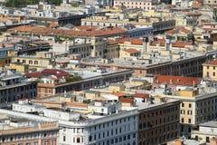 Vue aérienne de beaucoup de maisons près de l'un l'autre avec des condominiums Image stock