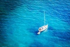 Vue aérienne de belle lagune bleue au jour d'été chaud Vue supérieure de bateau à voile prête pour la croisière images stock