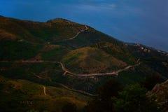 Vue aérienne de belle montagne verte avec la route là-dessus Concept de nature avec la vue scénique de la colline avec le ciel bl image stock
