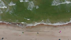 Vue aérienne de bord de la mer avec la plage sablonneuse banque de vidéos