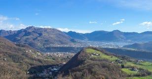 Vue aérienne de bourdon à la vallée de Seriana et de Gandino Paysage du village d'Orezzo, Italie photographie stock