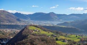 Vue aérienne de bourdon à la vallée de Seriana et de Gandino Paysage du village d'Orezzo, Italie photographie stock libre de droits