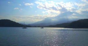 Vue aérienne de bourdon au-dessus des bateaux sur la mer Montagne de Tahtali, Turquie banque de vidéos