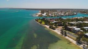 Vue aérienne de bourdon d'île de Bribie, Queensland, Australie clips vidéos