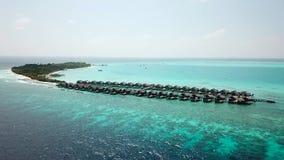 Vue aérienne de bourdon d'île tropicale en Maldives, l'Océan Indien banque de vidéos