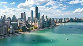 Vue aérienne de bourdon d'horizon de Chicago de ci-dessus, du lac Michigan et de ville des gratte-ciel du centre paysage urbain,  photo stock