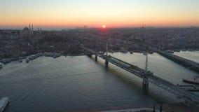 Vue aérienne de bourdon d'Istanbul, Turkie Baie de Bosphorus Halic Coucher du soleil Mouche au-dessus des ponts banque de vidéos