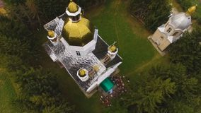 Vue aérienne de bourdon d'une église 4k de campagne banque de vidéos