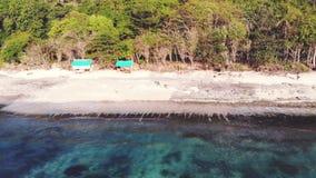 Vue aérienne de bourdon d'une plage tropicale Vue d'oeil du ` s d'oiseau des vagues se brisantes d'océan 3840x2160 clips vidéos