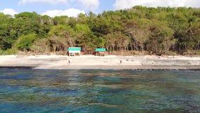 Vue aérienne de bourdon d'une plage tropicale Vue d'oeil du ` s d'oiseau des vagues se brisantes d'océan 3840x2160 banque de vidéos