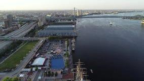 Vue aérienne de bourdon des bateaux grands accouplés dans la PA de Philadelphie banque de vidéos