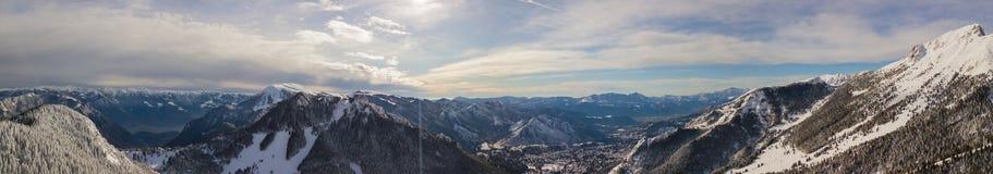 Vue aérienne de bourdon des bois couverts de neige après chutes de neige Alpes italiens Photos libres de droits