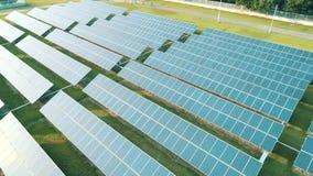 Vue aérienne de bourdon des panneaux solaires dans la ferme solaire pour l'énergie verte les centrales de panneaux actionnent l'E banque de vidéos
