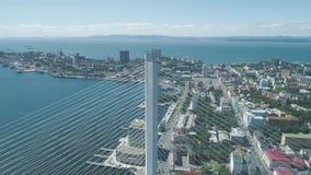 Vue aérienne de bourdon du pont d'or de Zolotoy pont Câble-resté à travers le Zolotoy Rog Golden Horn dans Vladivostok clips vidéos